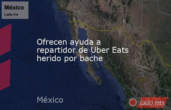 Ofrecen ayuda a repartidor de Uber Eats herido por bache. Noticias en tiempo real