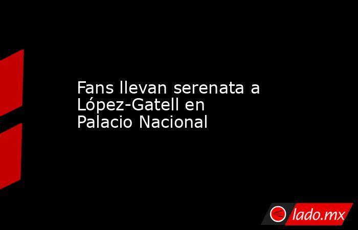 Fans llevan serenata a López-Gatell en Palacio Nacional. Noticias en tiempo real